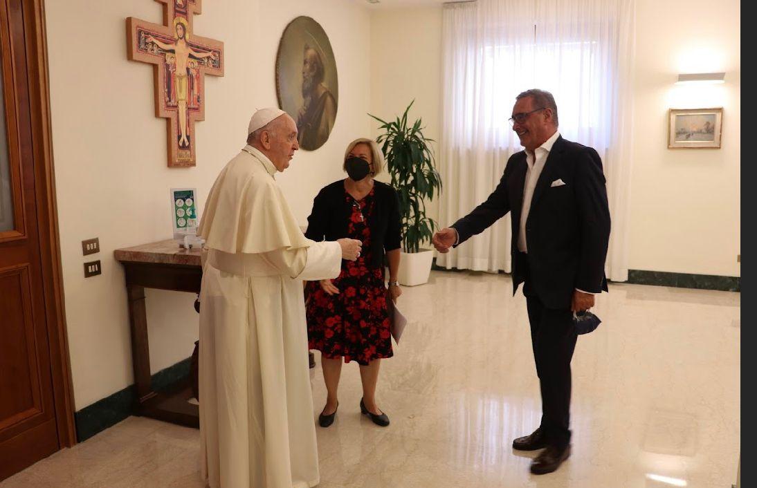 Papa Francisco con Eva Fernández y Carlos Herrera